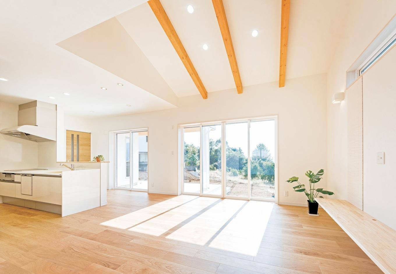 R+house沼津(HOUSE PLAN)【省エネ、夫婦で暮らす、間取り】樹脂サッシにペアガラスの窓は、真冬でも結露することがない。結露は材木を腐らせカビを増やす原因となる。家にも、そこに暮らす人の健康にもよくないからこそ『HOUSE PLAN』の矢吹代表は、家の性能アップにこだわるのだ