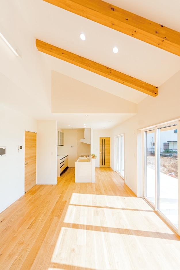R+house沼津(HOUSE PLAN)【省エネ、夫婦で暮らす、間取り】玄関やリビングの床は、あえて長さを不揃いにしたフローリング材を施工し、スタイリッシュに仕上げた