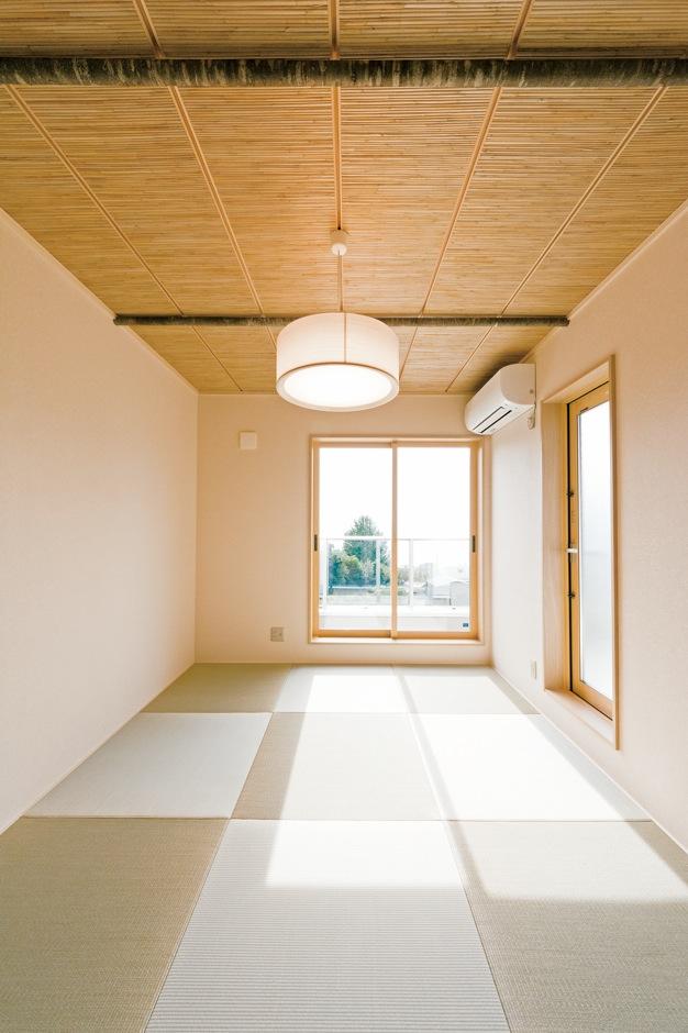 R+house沼津(HOUSE PLAN)【省エネ、夫婦で暮らす、間取り】よしずと桜の木を組み合わせた天井が素敵な2階の和室は、ご主人が海を眺めながら過ごすためのとっておきの場所