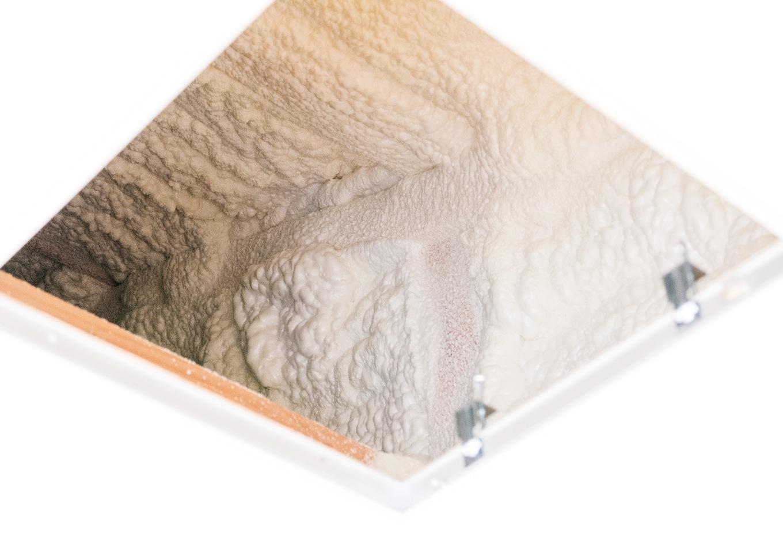 R+house沼津(HOUSE PLAN)【省エネ、夫婦で暮らす、間取り】家の骨組みに水で発泡する断熱材「アクアフォーム」を吹き付けて施工。屋根からの熱を防ぎ、夏でも天井裏がひんやり感じられるほどの断熱効果が