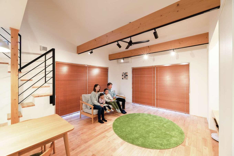 R+house沼津・伊東(HOUSE PLAN)【子育て、間取り、平屋】LDKは21畳+勾配天井で高さもあるため、より広く感じられる。家族4人の笑顔が集まり会話がはずむ、憩いの空間だ