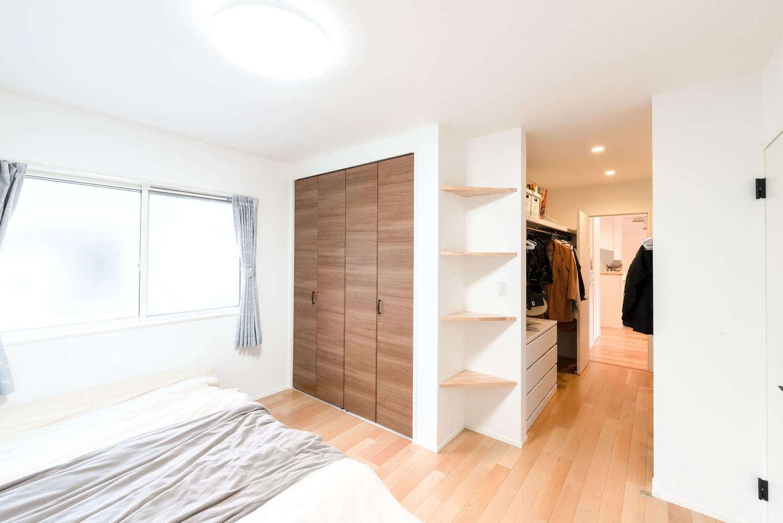 R+house沼津・伊東(HOUSE PLAN)【子育て、間取り、平屋】クローゼットに隣接した寝室にもウォークインクローゼットを完備。部屋の入口には棚を用意するなどの工夫も凝らして、たっぷりの収納力を確保した