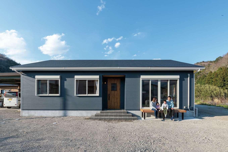 R+house沼津・伊東(HOUSE PLAN)【子育て、間取り、平屋】切妻屋根にブルーグレーと白の色使いがオシャレな3LDKの平屋。