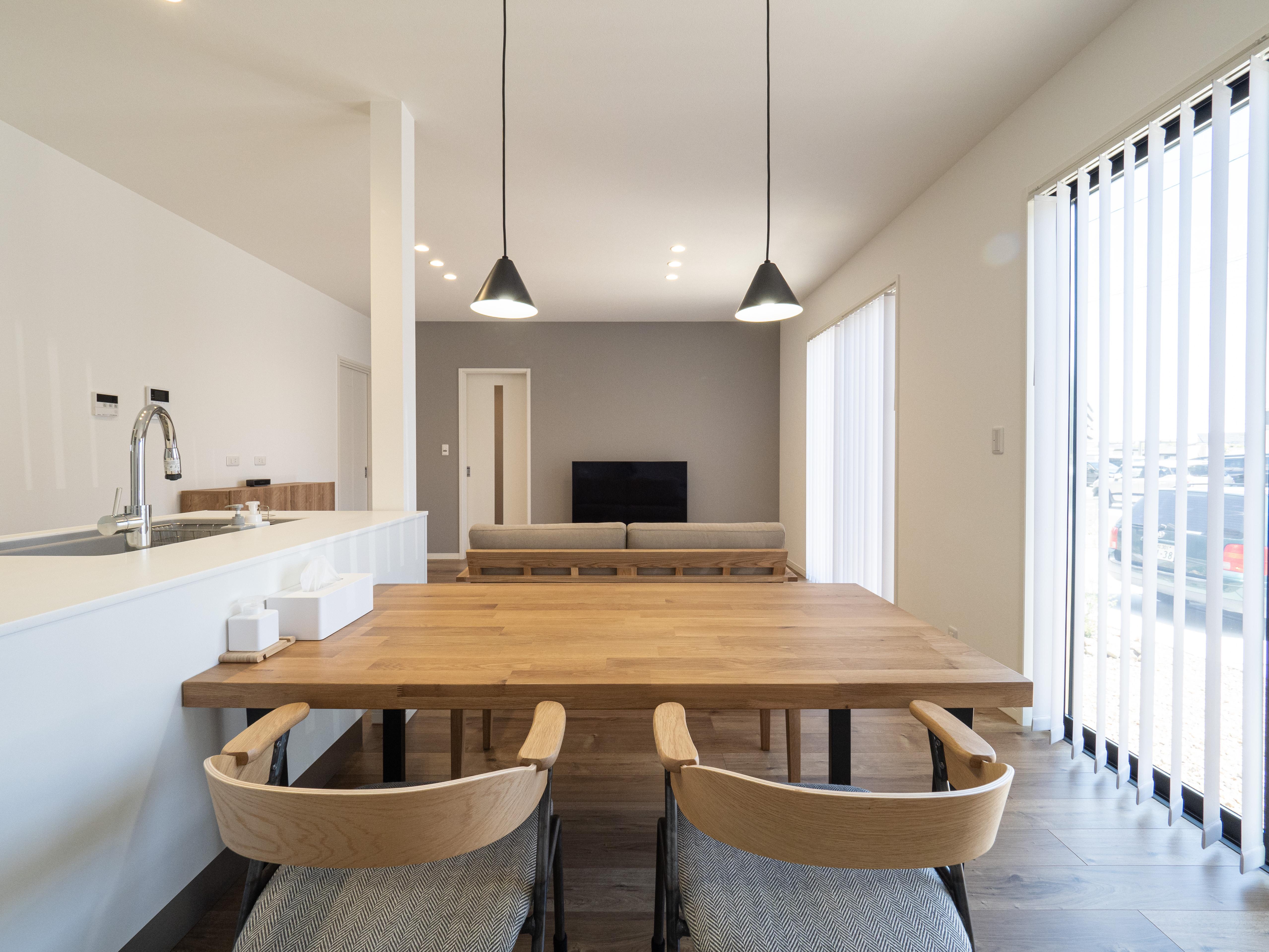 クレバリーホーム浜松東店【デザイン住宅、夫婦で暮らす、間取り】白とナチュラルな木目を基調とした、柔らかい色味のインテリアが素敵なK邸。ダイニングスペースは黒のペンダントライトでアクセントを