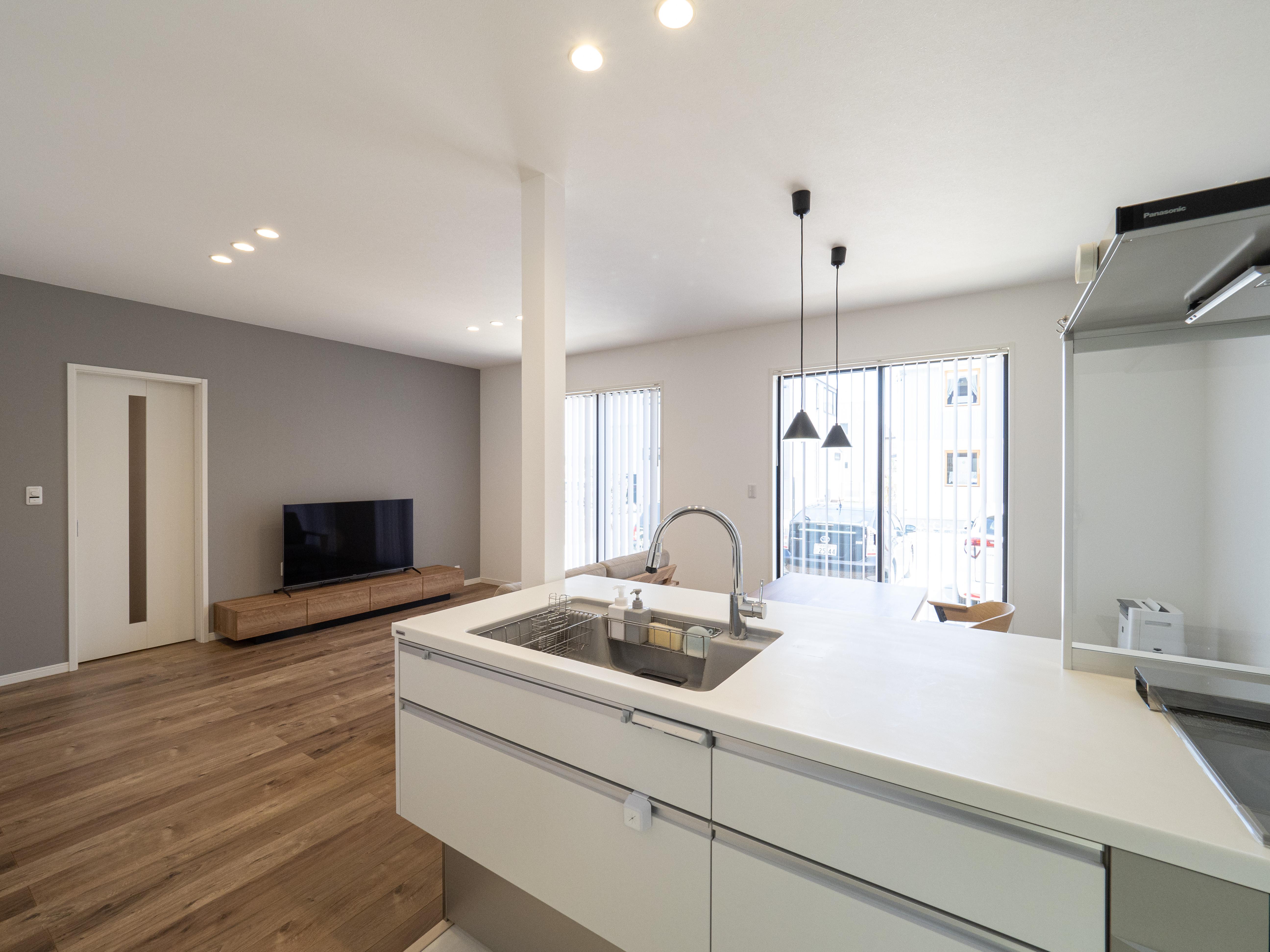 クレバリーホーム浜松東店【デザイン住宅、夫婦で暮らす、間取り】明るく清潔感があって気持ちの良い白で統一されたキッチン。オープンタイプのキッチンでコミュニケーションが弾む