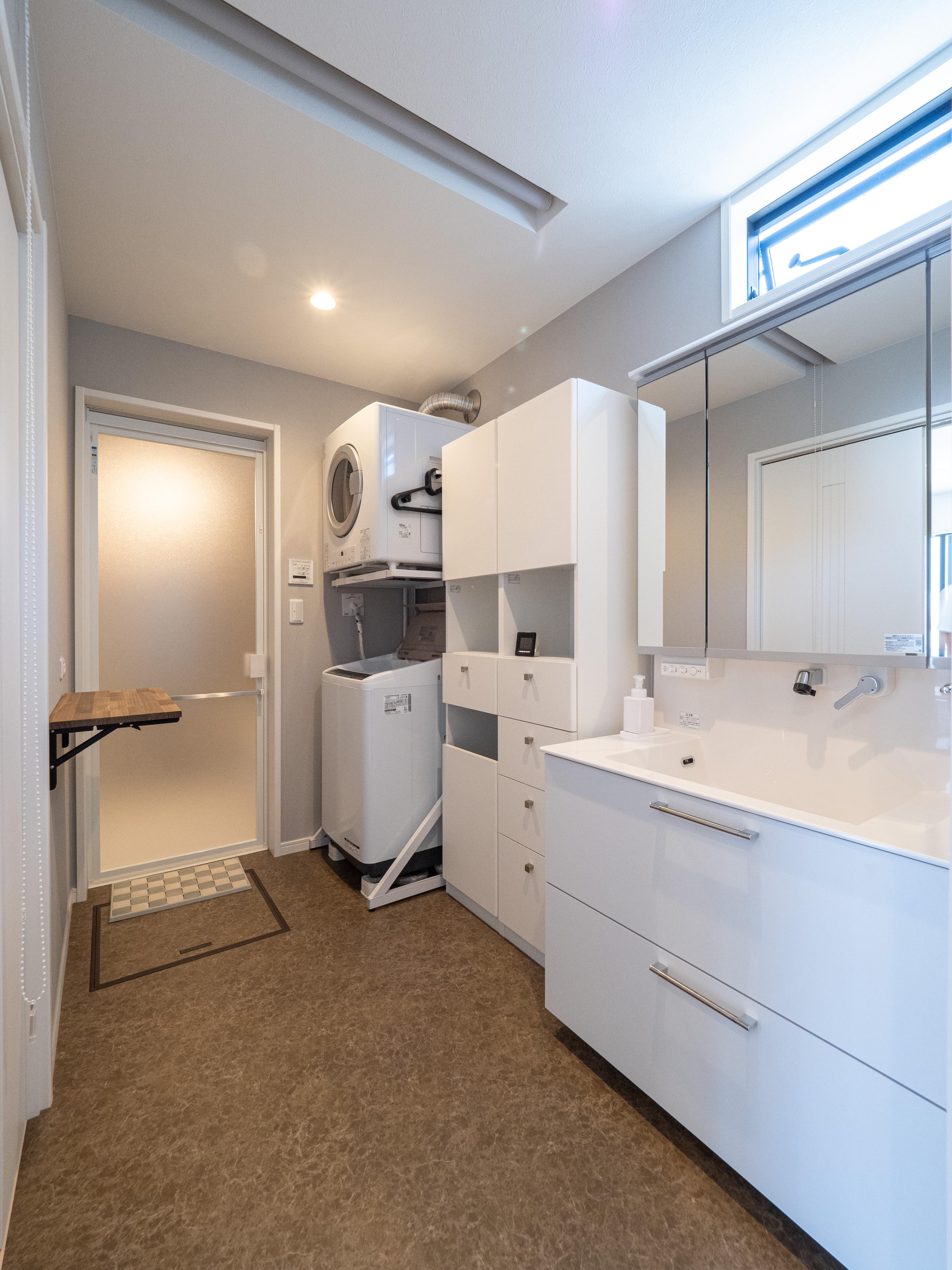 クレバリーホーム浜松東店【デザイン住宅、夫婦で暮らす、間取り】洗面スペースと脱衣スペースの間に天井埋込ロールスクリーンを設け、見た目はすっきり、タイミングに応じて仕切ることができる