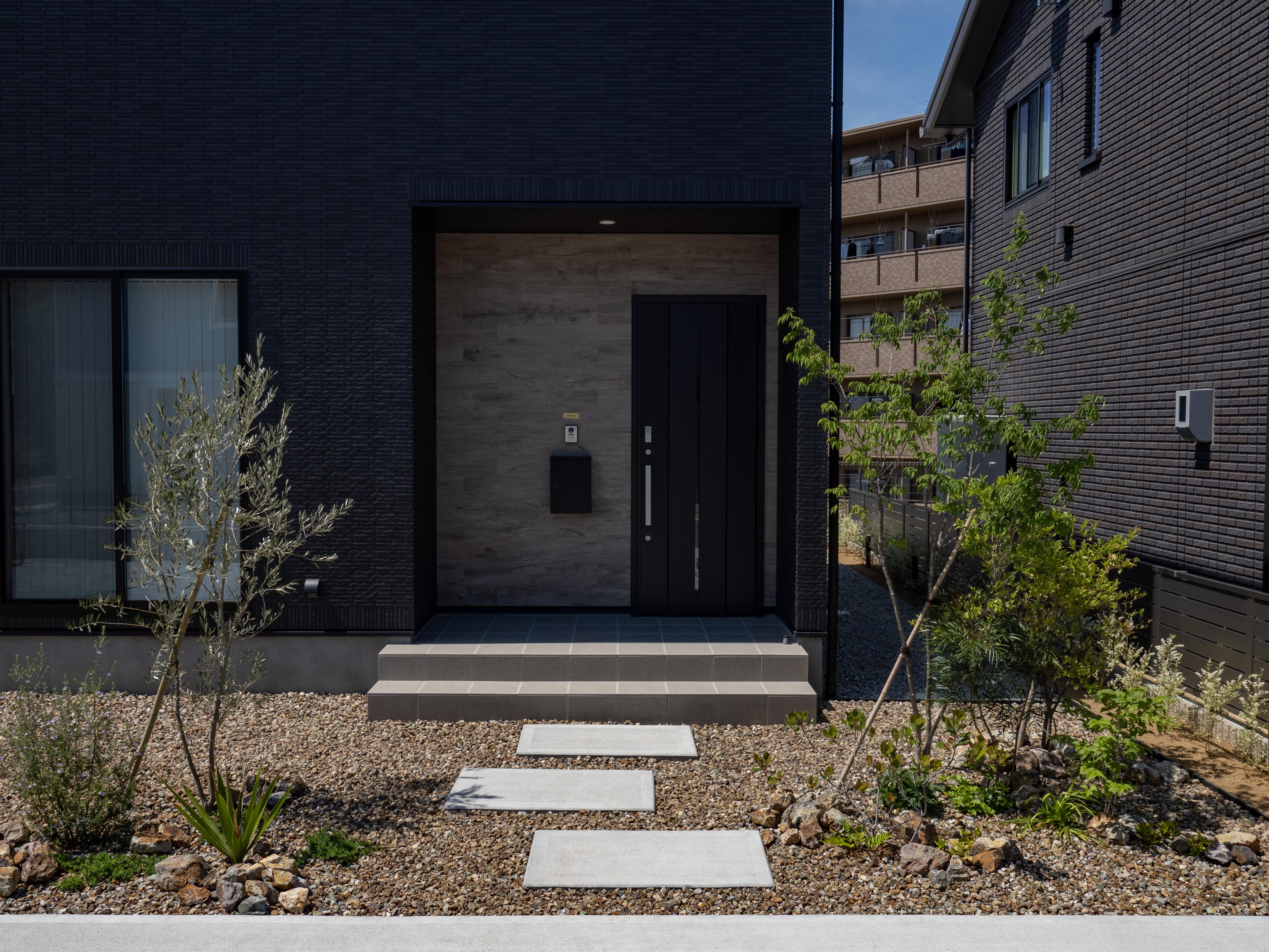 クレバリーホーム浜松東店【デザイン住宅、夫婦で暮らす、間取り】植栽に囲まれた玄関までのアプローチ。植栽たちのこれからの成長が毎日楽しみ