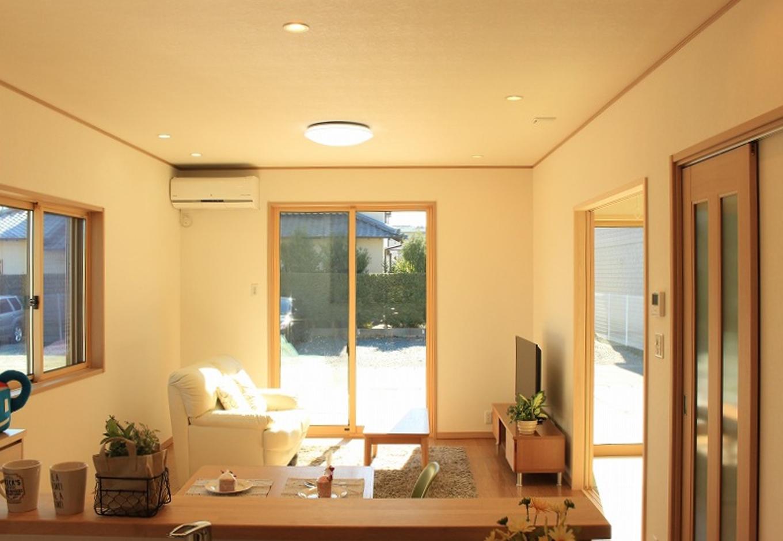 クレバリーホーム浜松東店【収納力、間取り、デザイン住宅】キッチンからは家族の様子が常に見えるので、奥さまも安心して料理に集中できる。四季折々の庭の景色を眺めながら、カウンターでコーヒーを楽しむのは至福のひととき