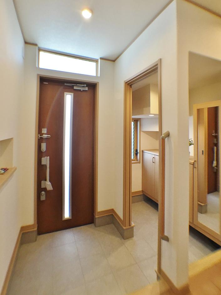 クレバリーホーム浜松東店【収納力、間取り、デザイン住宅】玄関は家族用とゲスト用にスペースを分け、いつもスッキリと。ベビーカーやゴルフバッグもすっぽり収まる。キーレスタイプの玄関ドアは、雨の日や子どもを抱きながら荷物をたくさん抱えているときに便利