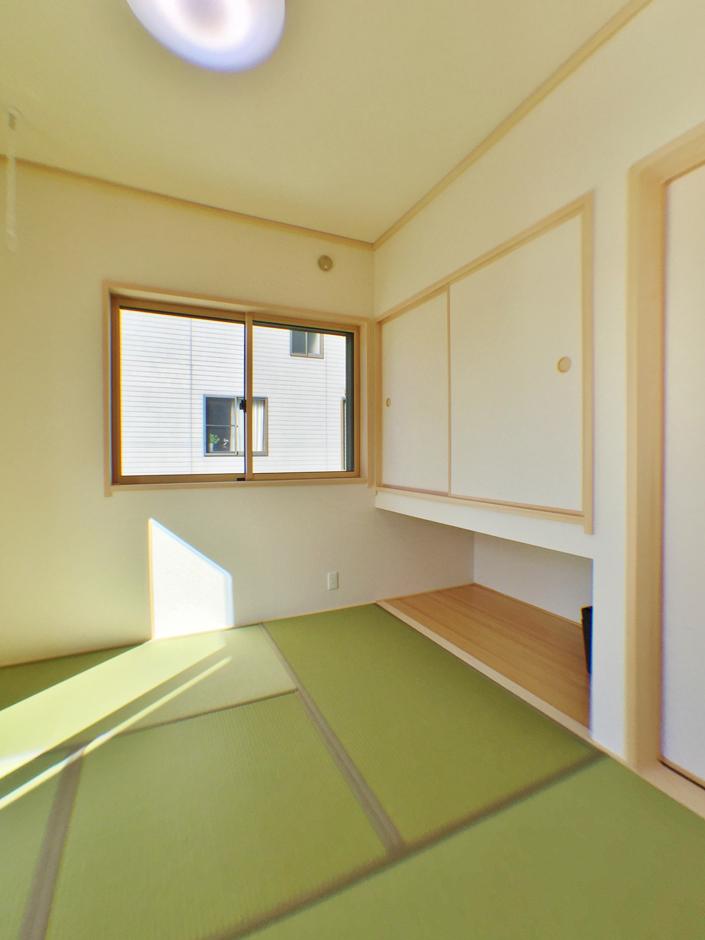 クレバリーホーム浜松東店【収納力、間取り、デザイン住宅】リビングからつながる和室は客間として使うだけでなく、雨の日に室内干ししたり、子どもをお昼寝させたり、ユーティリティに使える。吊り押入れを採用したことで空間をより広く見せる