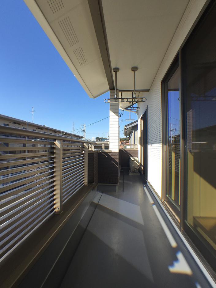 クレバリーホーム浜松東店【収納力、間取り、デザイン住宅】ストレートに伸びたベランダは、5人家族全員の布団を一度に干せて、奥さまの家事時間を短縮。長く伸ばした軒が夏の直射を遮り、冬は室内の奥まで光を届けてくれる