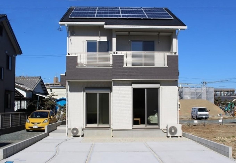 クレバリーホーム浜松東店【収納力、間取り、デザイン住宅】日当たりと風通しに恵まれた好立地に佇むM邸。外壁は塗り替え不要で、20〜30年と変わらぬ美しさを保つ1・2階総タイル張り。4kWのソーラーパネル、リモコン式電動シャッターを装備