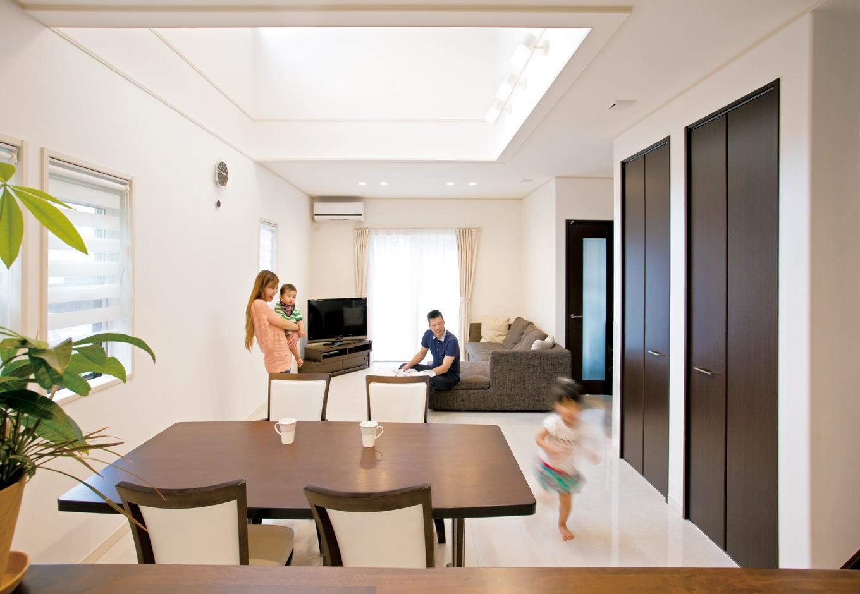 クレバリーホーム浜松東店【子育て、収納力、間取り】大理石調の白い床はスタイリッシュなマンション風。物が出ているのが好きではないという奥さまの希望で細かく収納を設置。収納力と使いやすさを両立