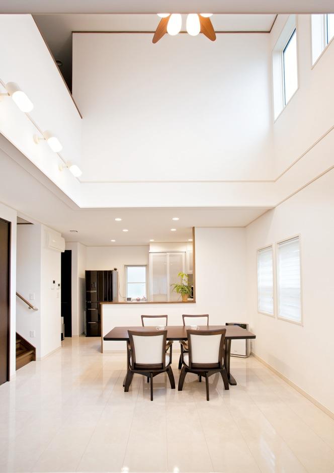 クレバリーホーム浜松東店【子育て、収納力、間取り】真っ白な空間に家具と建具を茶にしたモダンシックな家