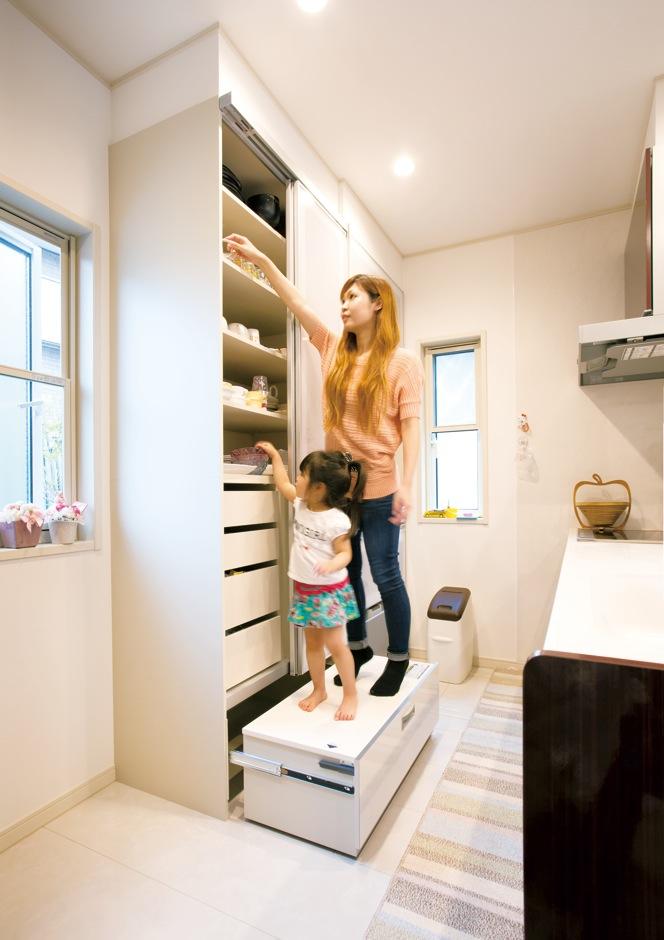 クレバリーホーム浜松東店【子育て、収納力、間取り】キッチン背面の大容量カップボードは、一番下が踏み台になっているので食器の出し入れが楽チン