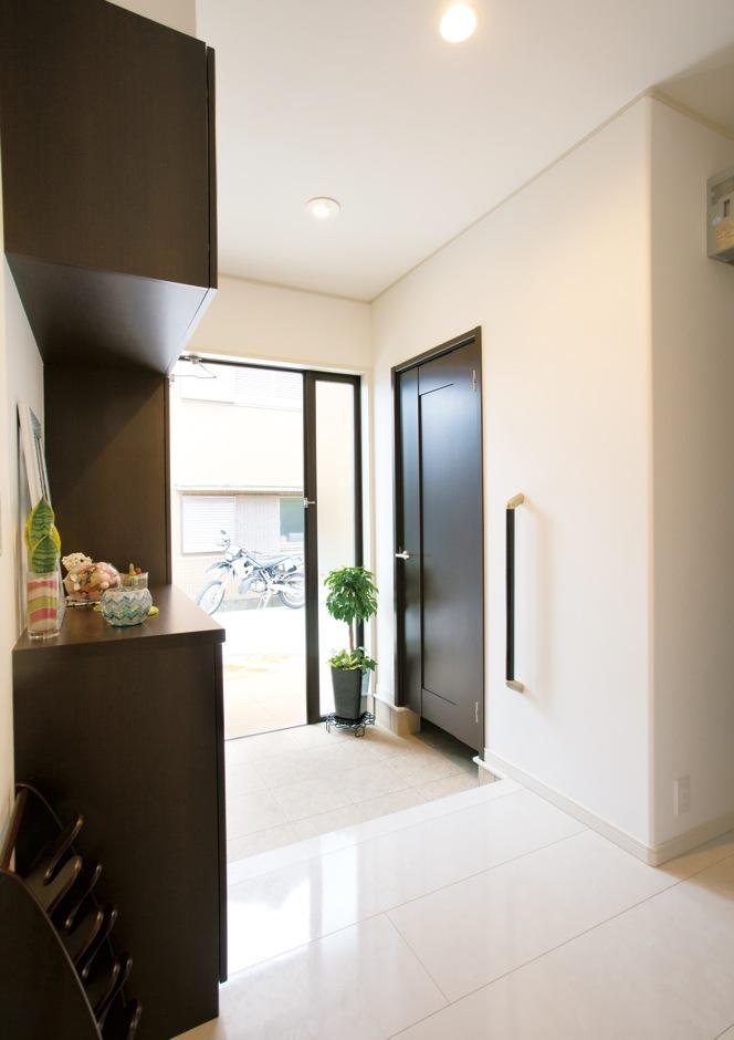 クレバリーホーム浜松東店【子育て、収納力、間取り】下駄箱と土間収納が完備され、すっきりと した玄関