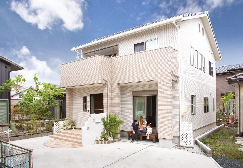 クレバリーホーム浜松東店【子育て、収納力、間取り】『クレバリーホーム 浜松東店』で家を建てる決め手となったタイル貼りの外観。白をベースに1階の張り出し部分をベージュにした、やさしいツートンカラー