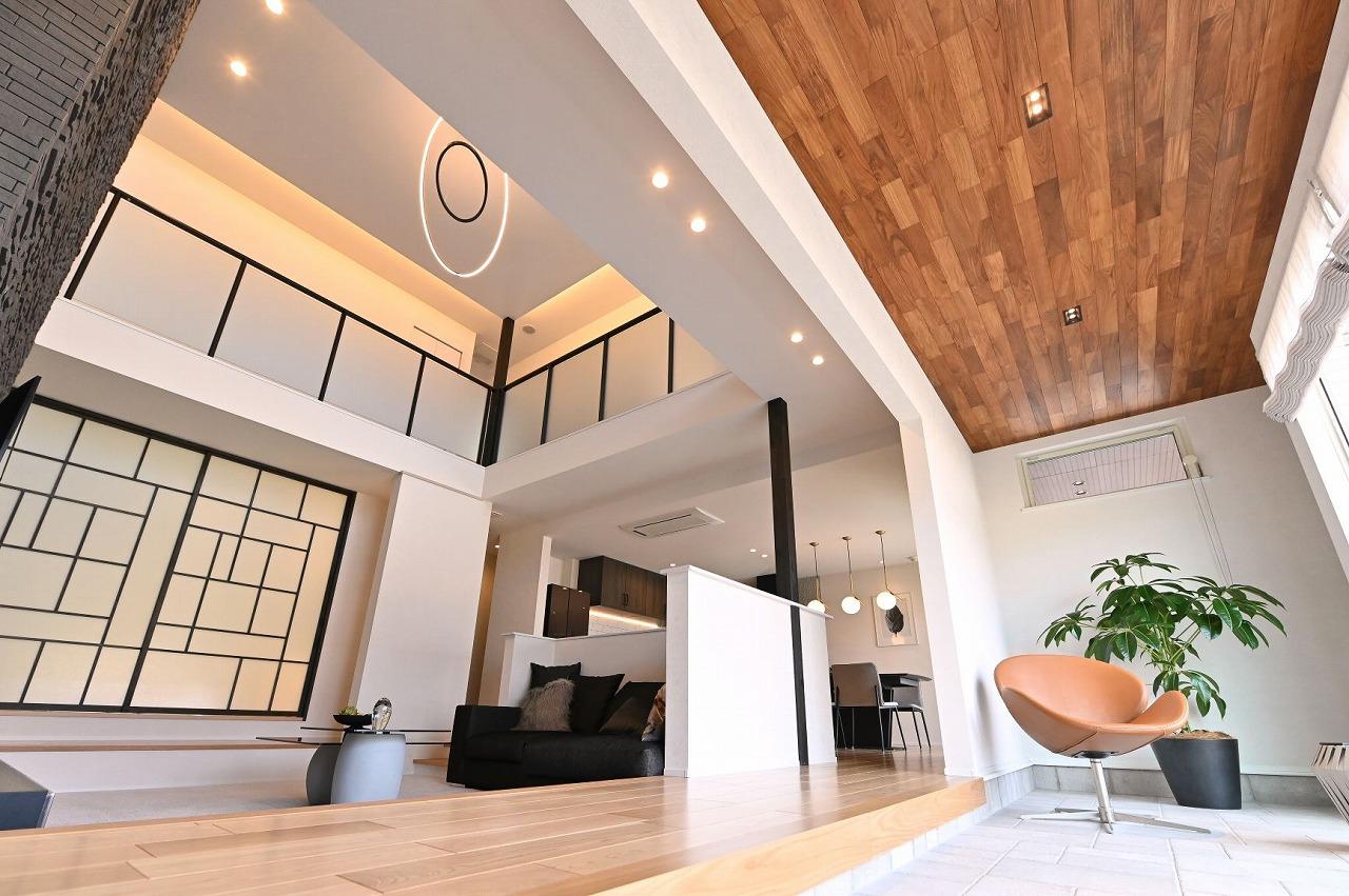 クレバリーホーム浜松東店【浜松市南区南区青屋町400 ・モデルハウス】吹抜けリビングは、ダイニングから床を下げることで、より高さと開放感を感じる