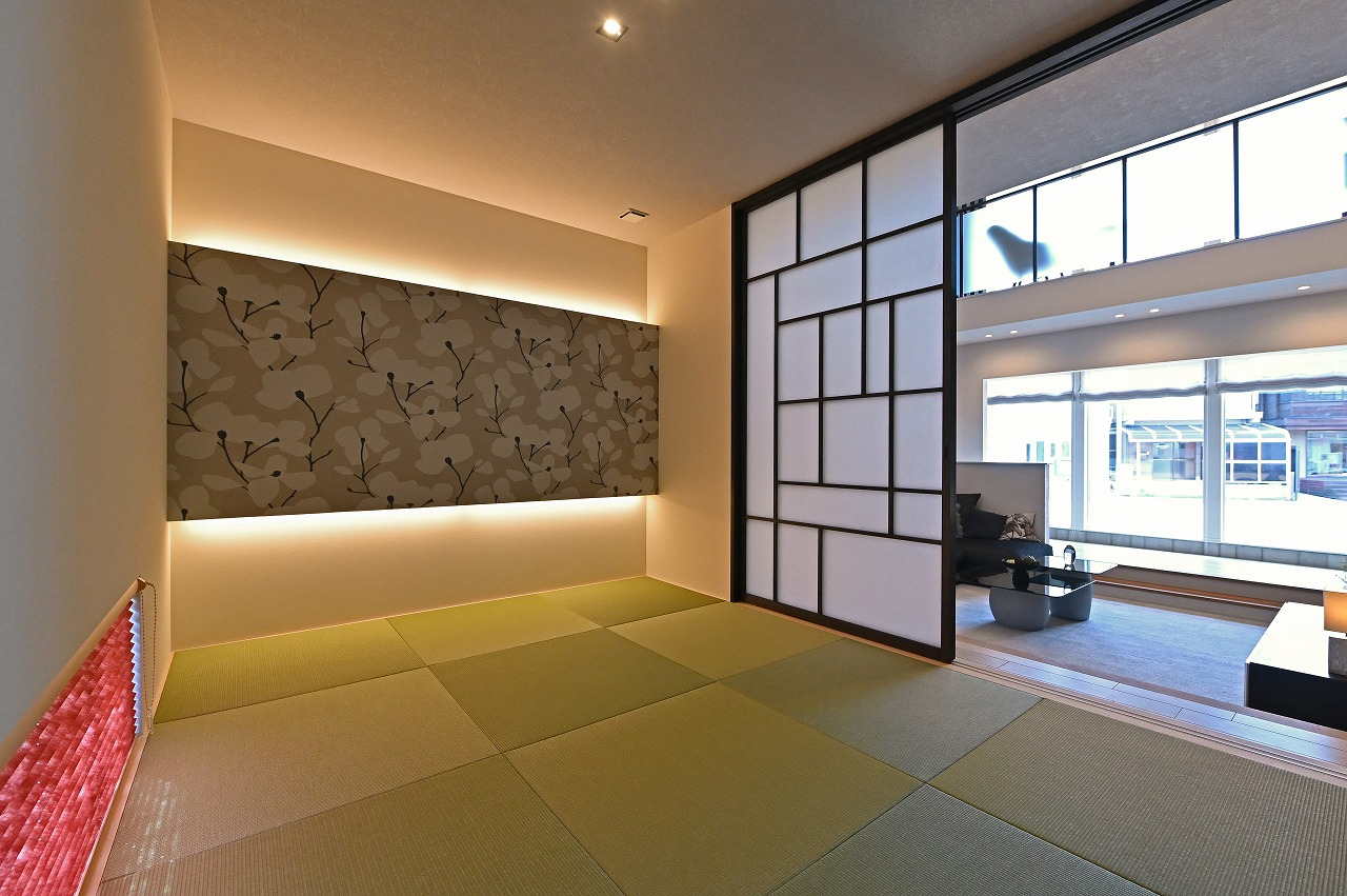 クレバリーホーム浜松東店【浜松市南区南区青屋町400 ・モデルハウス】庭が見える雪見窓のある、モダンな和室。間接照明の空間提案も必見!