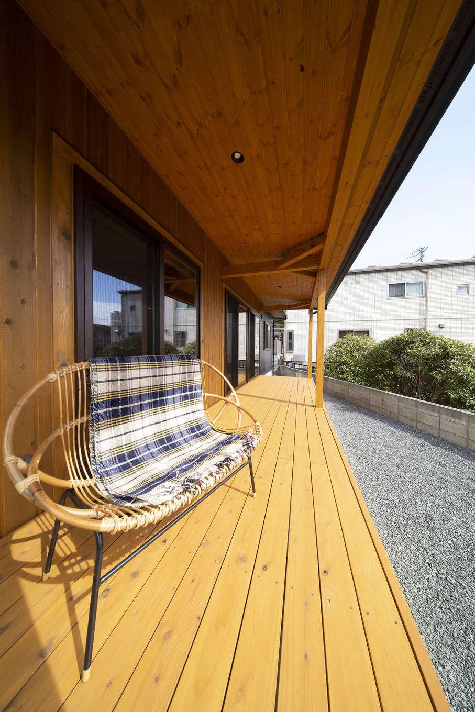 BinO清水 ブルーワン【自然素材、ペット、平屋】広々8畳のウッドデッキ。陽光が降り注ぐ暖かな日は、デッキに出てゆっくり日向ぼっこ。仲間を呼んでBBQを楽しむことも