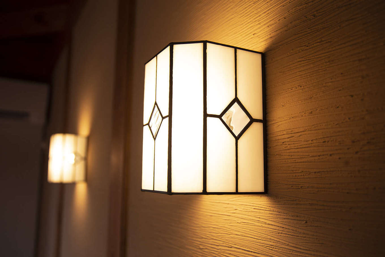 BinO清水 ブルーワン【自然素材、ペット、平屋】和の雰囲気を感じさせる照明。温かな灯が心安らぐ空間を演出