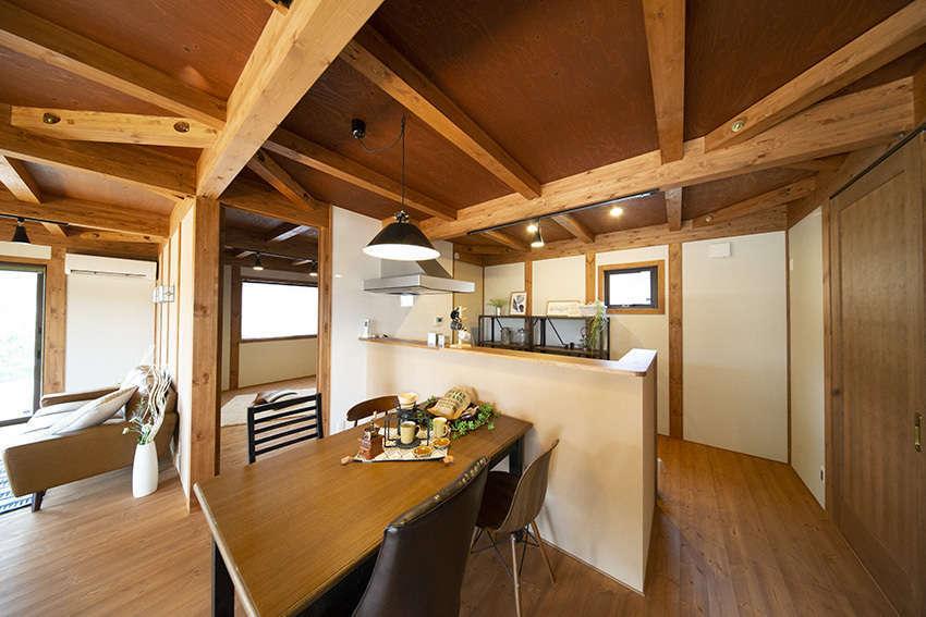 BinO清水 ブルーワン【自然素材、ペット、平屋】家の中心にある対面キッチン。キッチンに立つと家全体を見渡せるのも◎。家族とのつながりを大切にした造りだ