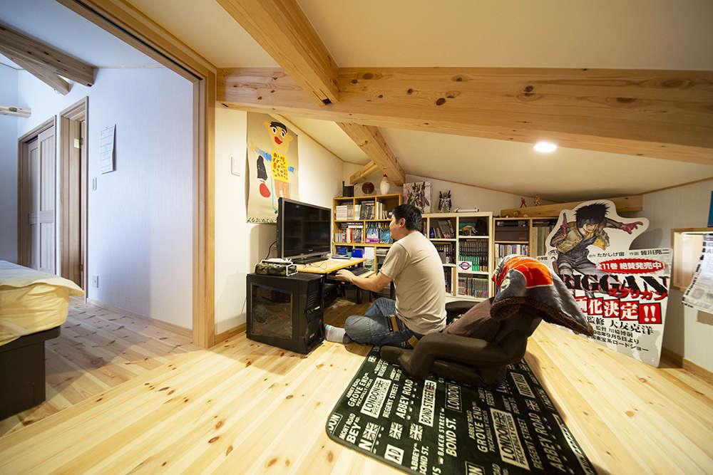 BinO清水 ブルーワン【デザイン住宅、子育て、収納力】小屋裏は半分収納、半分はご主人の趣味スペースに。漫画を読んだりパソコンをしたり、ひとりの時間を満喫しているそう