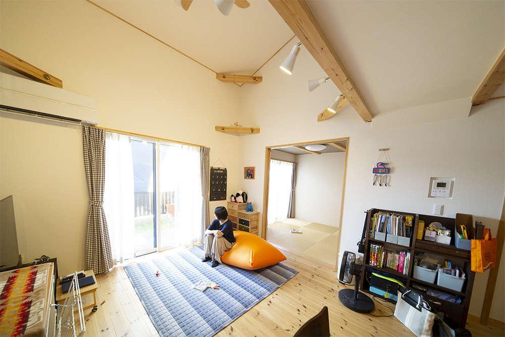 BinO清水 ブルーワン【デザイン住宅、子育て、収納力】「リビングで子どもと猫と一緒にくつろいでいる時間が幸せ」と奥さま。軒が出ているので、日差しの入り方がちょうど良い快適な設計
