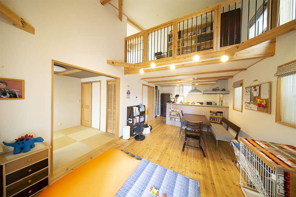 BinO清水 ブルーワン【デザイン住宅、子育て、収納力】吹き抜けが開放的なリビング。横に設けた和室がいろいろな用途で使え重宝しているそう