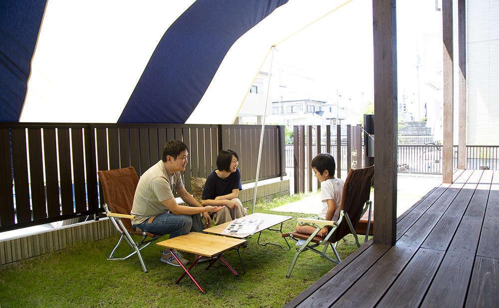 BinO清水 ブルーワン【デザイン住宅、子育て、収納力】芝生が心地よい庭に、広々ウッドデッキ。家族で十分に遊べるスペースを確保