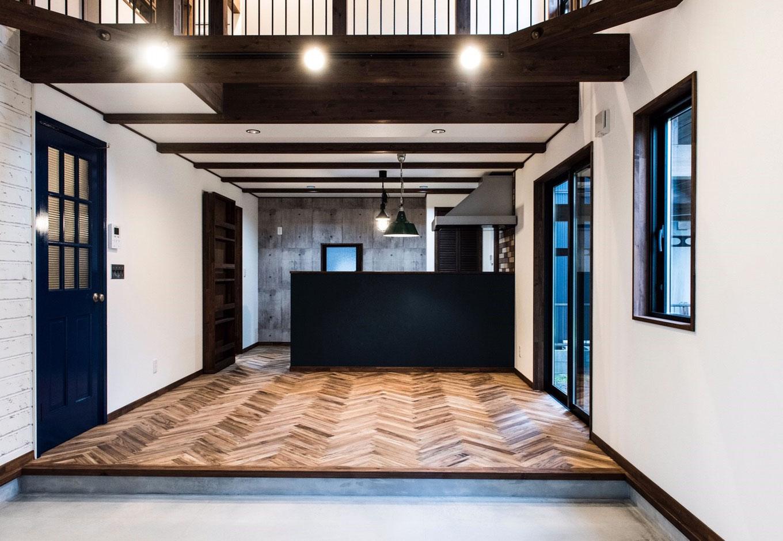 BinO清水 ブルーワン【デザイン住宅、趣味、自然素材】土間と吹抜けのあるLDK。奥さまが希望したシャービーシック塗装の板壁とヘリンボーンの床でこだわりの空間を実現
