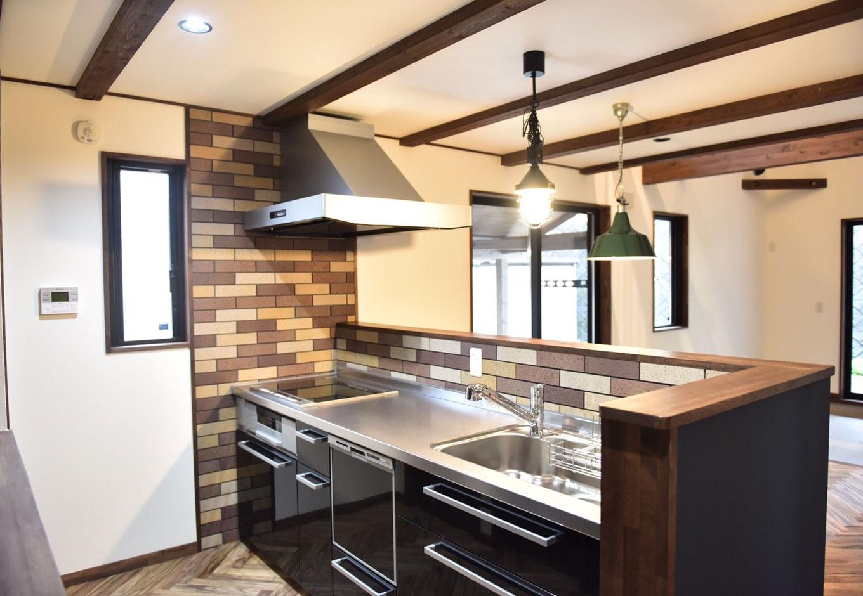 BinO清水 ブルーワン【デザイン住宅、趣味、自然素材】毎日の家事を奥さまが楽しめるよう、レンガタイルでオシャレに仕上げた。キッチン周りの収納は造作で雰囲気を統一