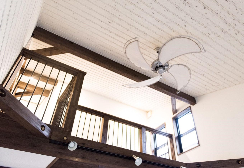 BinO清水 ブルーワン【デザイン住宅、趣味、自然素材】吹抜けの勾配天井にもシャビーシック塗装の板壁を貼り付け。吹抜けの窓から1FのLDKに光をもらたしてくれる