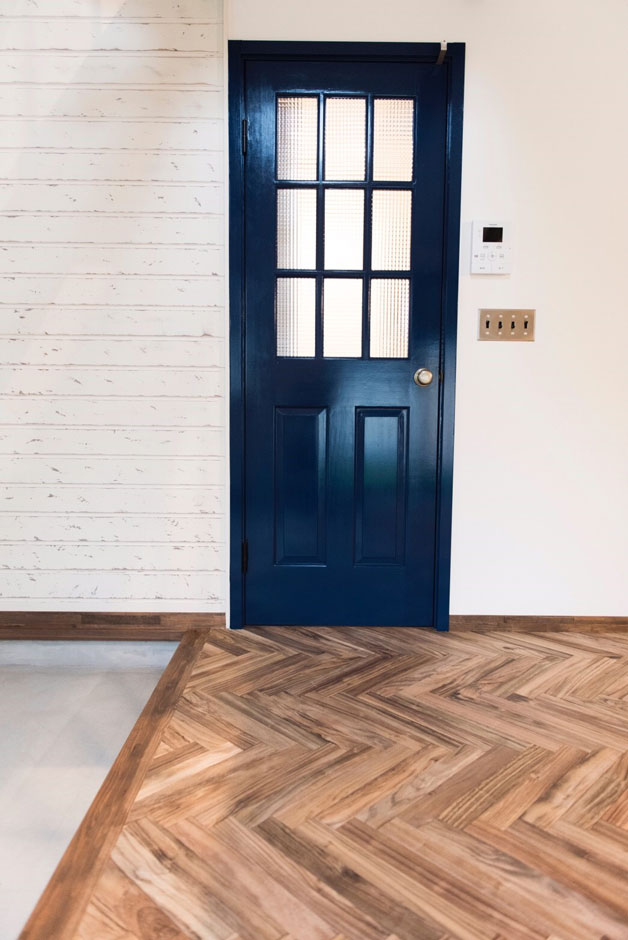 BinO清水 ブルーワン【デザイン住宅、趣味、自然素材】玄関からリビングへと続く扉は、職人が特別に配合したカラーで仕上げ。1F各部屋への扉はすべて異なるカラーになっている