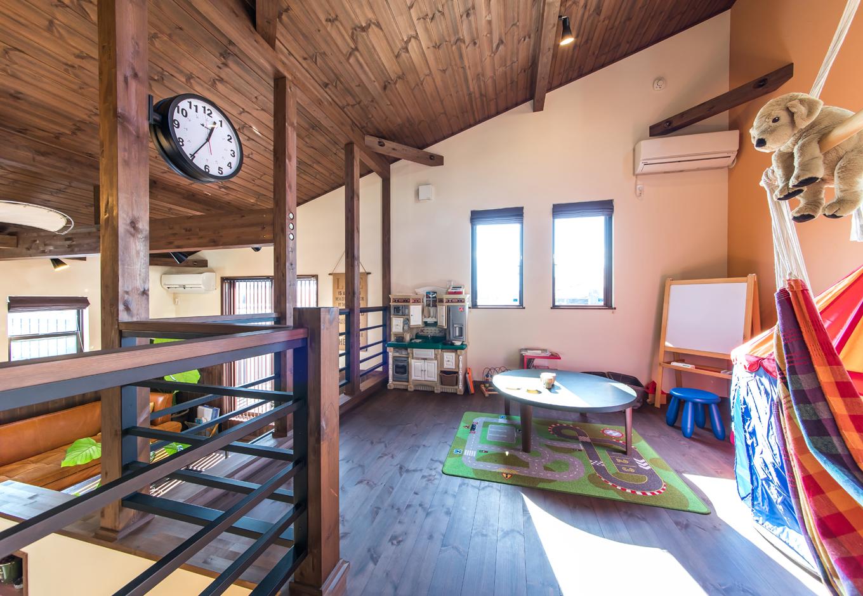 BinO清水 ブルーワン【1000万円台、自然素材、スキップフロア】2階にあるセカンドリビングは、子どもが好きなだけ遊べるスペースとなっている。いつでもママやパパがどこにいるか確認ができるのがスキップフロアの良いところ
