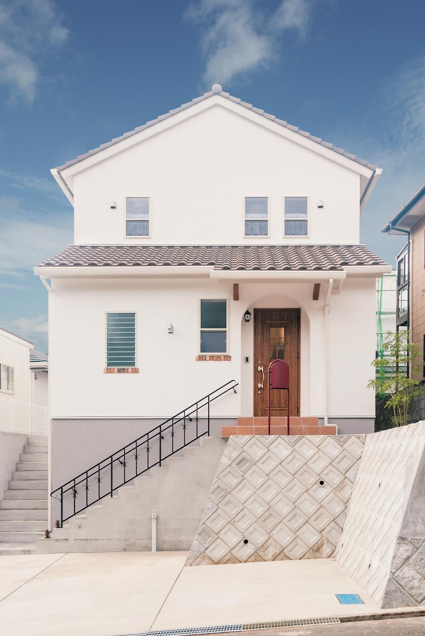 Art Wood Home (永建)【インテリア、デザイン住宅、自然素材】外壁には、オメガ断熱ボードを含む8層の下地にオプションの漆喰塗を採用。内断熱は、ホルムアルデヒドを含まない高性能グラスウール「アクリア」