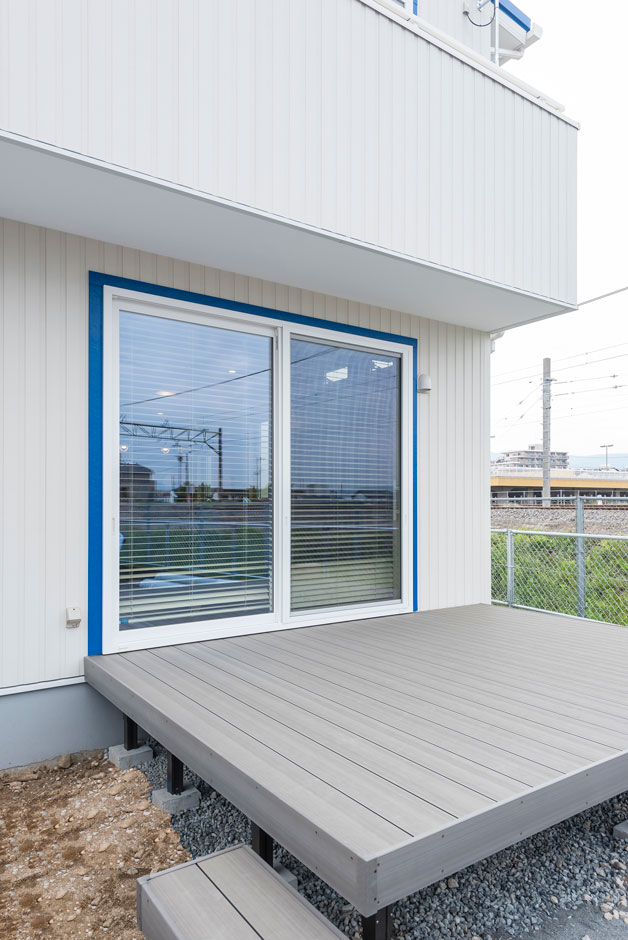 Art Wood Home (永建)【デザイン住宅、インテリア、子育て】エイジングしたようなグレーのウッドデッキからリビングへ入れる。ウッドデッキはメンテナンスをしなくてもいいタイプをチョイスした