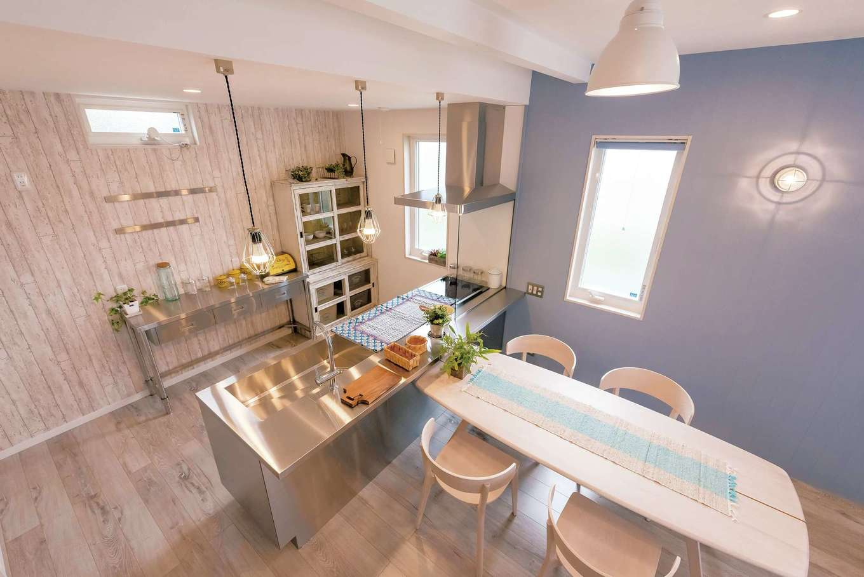 Art Wood Home (永建)【デザイン住宅、インテリア、子育て】ご主人がこだわって選んだオールステンレスのキッチン。カップボードには、業務用の作業台をチョイス。サーフボード調の机も映える