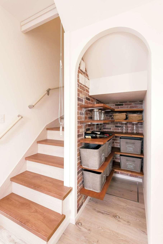 Art Wood Home (永建)【デザイン住宅、インテリア、子育て】パントリーのクロスを片方レンガ調にしたのは、コーディネーターの発案