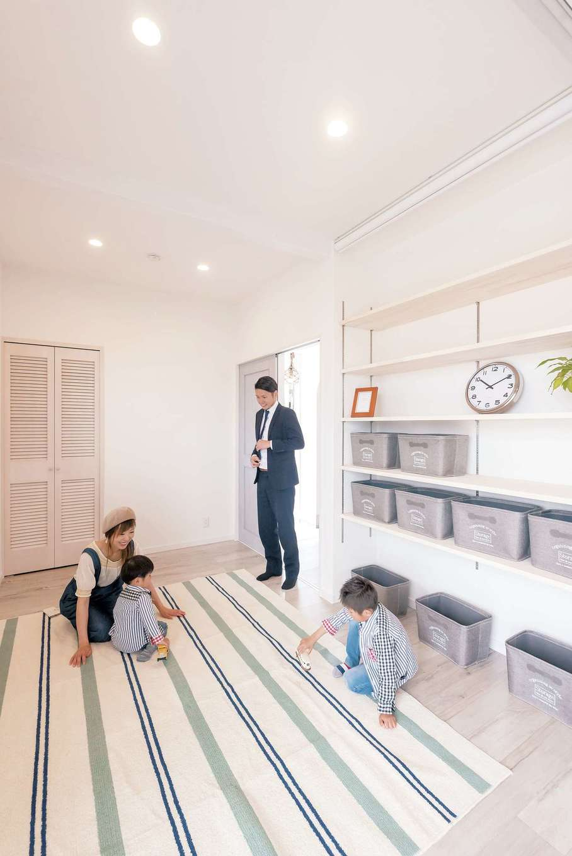 Art Wood Home (永建)【デザイン住宅、インテリア、子育て】リビングの隣には、奥さまが趣味のアクセサリー作りを楽しむための部屋が。ロールスクリーンを取り付け、作業中の棚を隠せるようにした