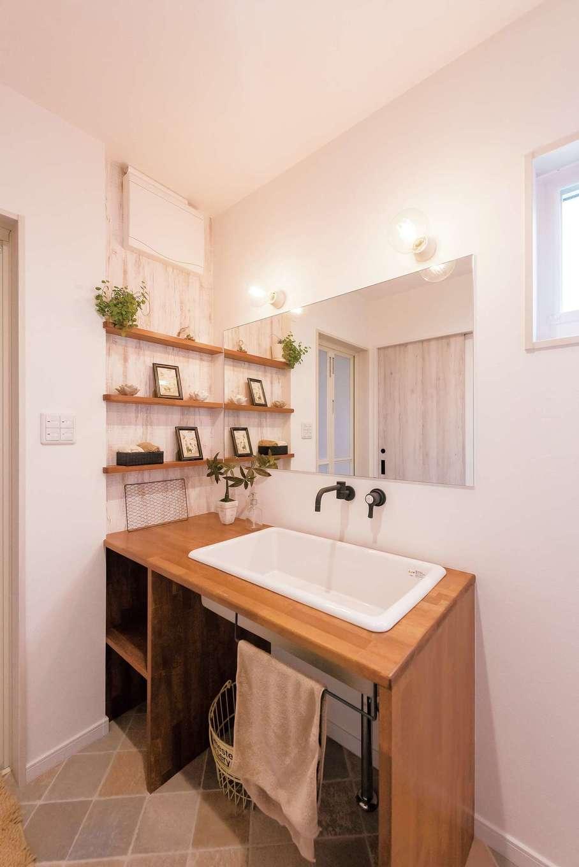 Art Wood Home (永建)【デザイン住宅、インテリア、子育て】シンクに医療用の深いタイプを選んだ造作の洗面台。蛇口の根元の汚れを気にしなくていいよう壁出しにした