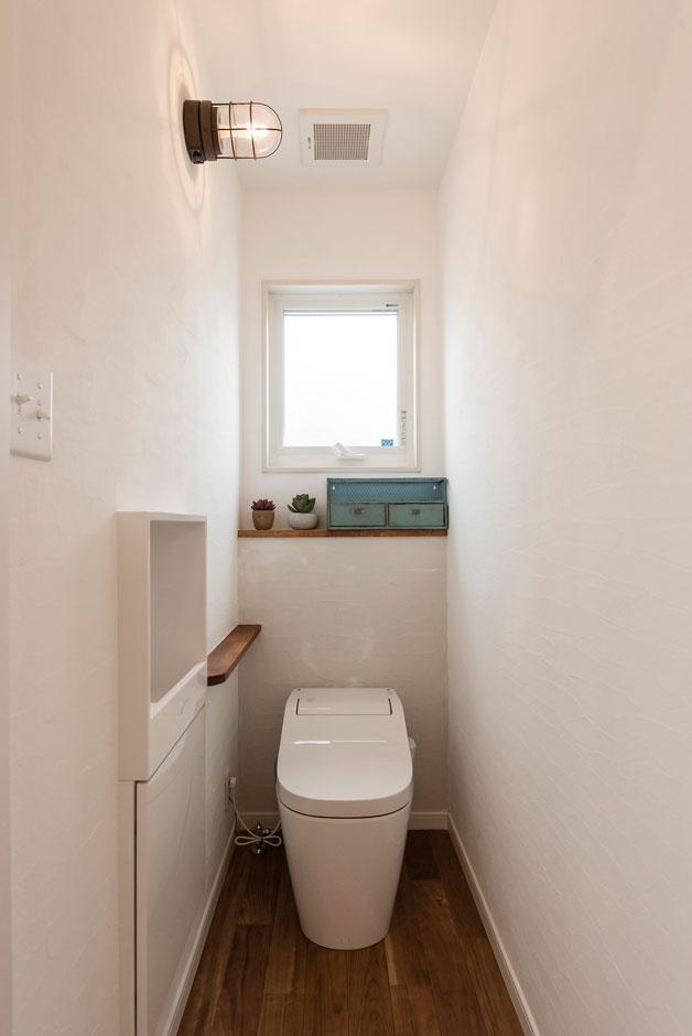 Art Wood Home (永建)【デザイン住宅、インテリア、子育て】マリンライトが素敵なトイレ。電気のスイッチには、アメリカンスイッチをチョイス。キッチンなどのスイッチはトグルスイッチを選び、インダストリアルな雰囲気に