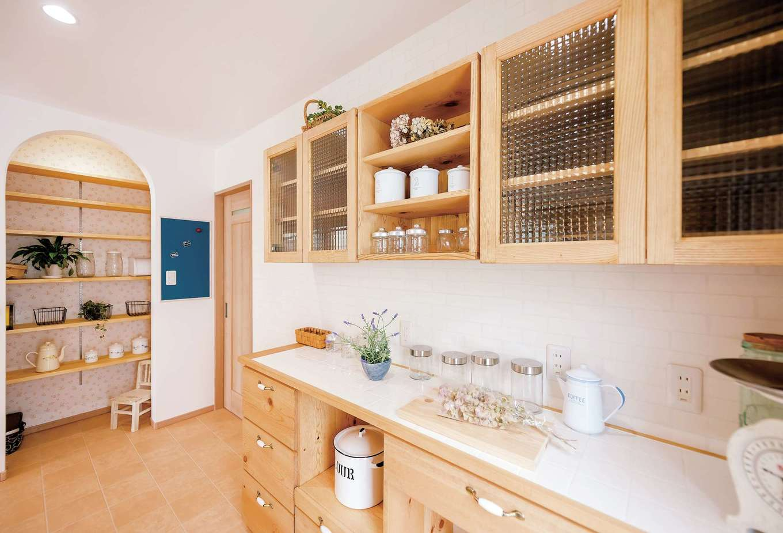 Art Wood Home (永建)【省エネ、収納力、インテリア】同社オリジナルのカップボード。天板がタイルだから、熱い鍋を置ける