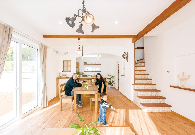 Art Wood Home (永建)【輸入住宅、自然素材、デザイン住宅】左奥の飾り窓のある場所は、家族が起き出す前の朝早い時間、奥さまがていねいに淹れたお茶を飲みながらひとりの時間を楽しむ、とっておきのスペース