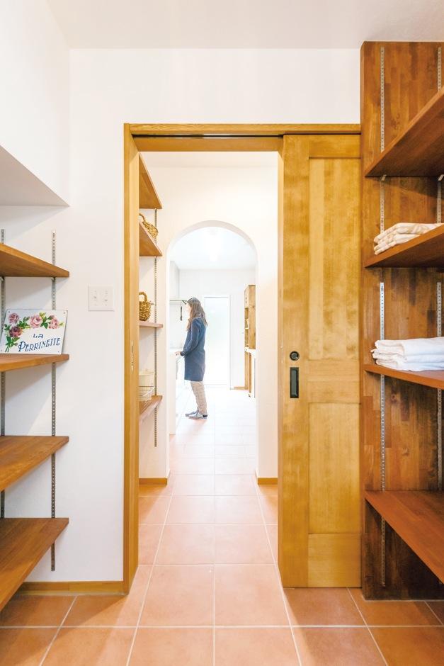 Art Wood Home (永建)【輸入住宅、自然素材、デザイン住宅】バス&洗面室からキッチンまでは一直線。家事動線がよいのも魅力