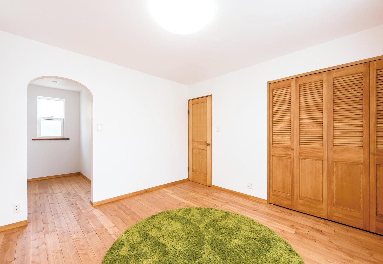 Art Wood Home (永建)【輸入住宅、自然素材、デザイン住宅】ヴィンテージの古着が大好きなご主人のために、2階の主寝室には、クローゼットとウォークインクローゼットを設置した