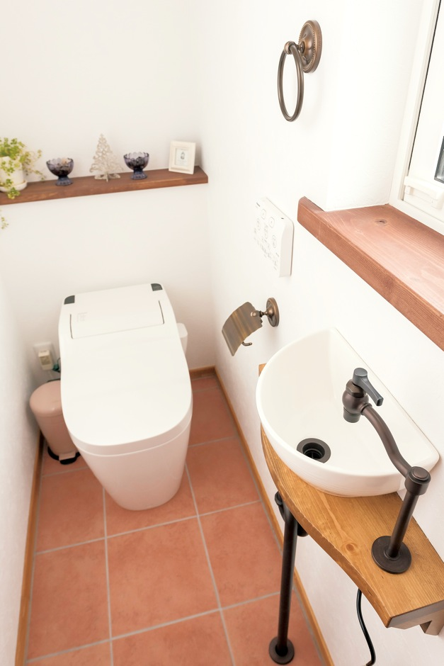 Art Wood Home (永建)【輸入住宅、自然素材、デザイン住宅】トイレにある陶器の洗面ボウルも造作。ナチュラルでかわいい仕上がり