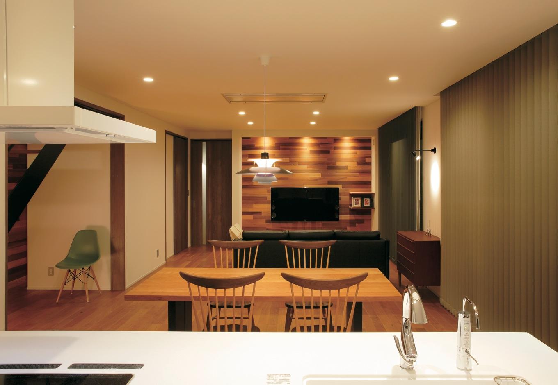 ココハウス【デザイン住宅、収納力、間取り】空間の広さを活かしてシンプルにデザインしたLDK。アイランドキッチンからダイニングやリビングにいる家族に目が行き届く。徹底的に美観にこだわり、TVの配線コードを壁の中に隠すなど細部まで配慮がなされている