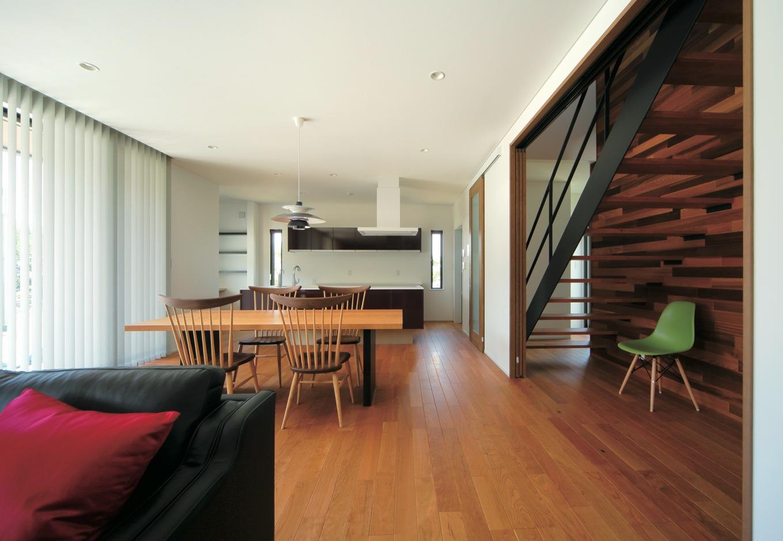 ココハウス【デザイン住宅、収納力、間取り】ブラックチェリーの床が上質で落ち着いた雰囲気を醸し出す。パントリーやPCコーナーはリビングからは見えない位置に配し、生活感が出ないよう工夫