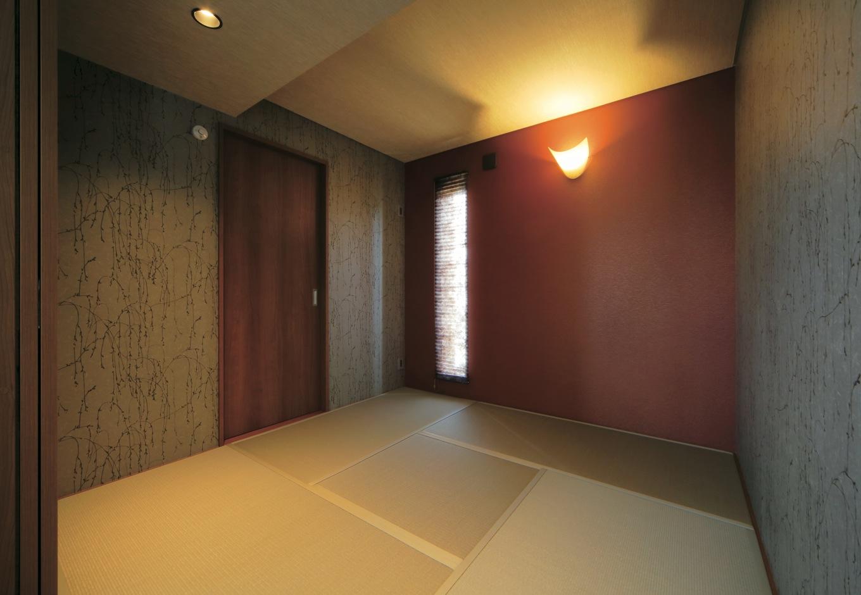 ココハウス【デザイン住宅、収納力、間取り】大胆な柄と真紅のクロス、シルバー色の和紙畳を組み合わせた斬新な和室。戸の奥は納戸になっている
